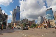 Verkehr Pedestrain und des Autos und teilweisen Skyline von Minneapolis, Lizenzfreie Stockfotografie