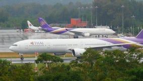 Verkehr an Phuket-Flughafen stock footage