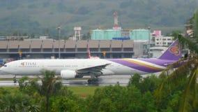 Verkehr an Phuket-Flughafen stock video footage