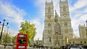 Verkehr um Westminster- Abbeykathedrale stock video
