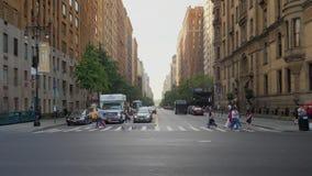 Verkehr und Fußgänger auf Manhattan-Schnitt und -Zebrastreifen stock video