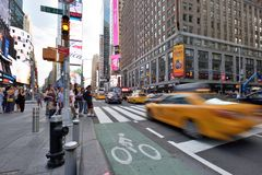 Verkehr und Leute auf Straße in Manhattan, NYC Lizenzfreie Stockbilder