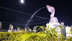Verkehr und Leute, die im Hauptplatz bis zum Nacht bei Nakhon Phanom, Thailand durchstreifen stock video