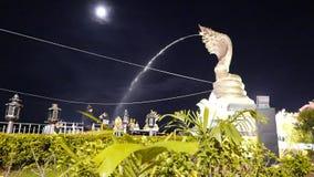 Verkehr und Leute, die im Hauptplatz bis zum Nacht bei Nakhon Phanom, Thailand durchstreifen stock video footage