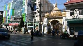 Verkehr und Leute gehen Querstraßenfront von Indien-Handelszentrum in Bangkok, Thailand stock video footage