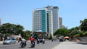 Verkehr und Leute in Nha Trang im Stadtzentrum gelegen stock video