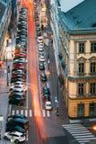 Verkehr und parkendes Auto auf der Hybernska-Straße herein stockfotos