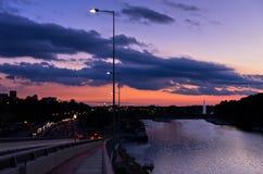 Verkehr und Stadt beleuchtet durch den Fluss Sava in der Dämmerung in Belgrad Lizenzfreies Stockbild