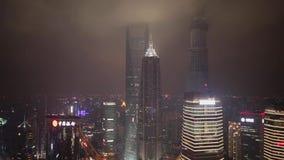 Verkehr und Stadtbild von Shanghai nachts, Shanghai, China stock video