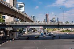 Verkehr und Transport im Stadtzentrum mit Handelsgebäude, Himmelzug und bewölktem Hintergrund des blauen Himmels lizenzfreie stockfotos