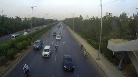 Verkehr und treibendes Verhalten in Karatschi stock video