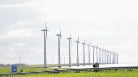 Verkehr und Windkraftanlagen stock video
