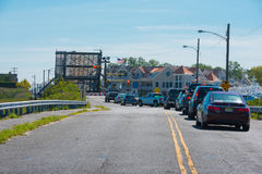 Verkehr unterstützt an der Zugbrücke Stockfoto