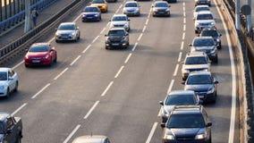 Verkehr von Autos auf der Brücke stock video