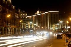 Verkehr von Autos im Moskau-Stadtzentrum, Russland Stockfotografie