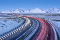 Verkehr von Autos mit Auto schleppt auf Landstraße lizenzfreie stockfotografie