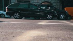Verkehr von Autos und von Motorrädern auf der Straße in der Stadt Langsame Bewegung stock video