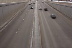 Verkehr von Autos vom Tunnel lizenzfreie stockfotografie