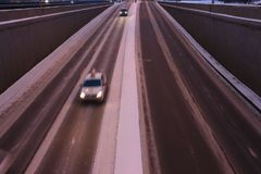 Verkehr von Autos vom Tunnel stockbild