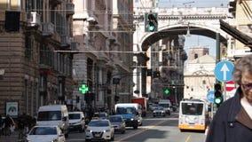 Verkehr von Fahrzeugen und von Fu?g?ngern stock video footage