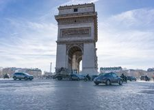 Verkehrs-Fotodiffuses licht Arc de Triomphe s Paris horizontales lizenzfreies stockfoto