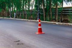 Verkehrs-Kegel auf Straße stockfotos