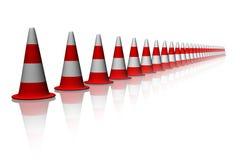 Verkehrs-rote Kegel in der Linie Stockfotos