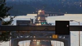 Verkehrs-Zeitspanne-Brücken-Dämmerung Pan Seattle-Landstraßen-520 stock footage