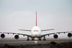 Verkehrsflugzeug Airbus-A380 in der Vorderansicht Stockbild