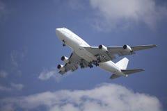 Verkehrsflugzeug Boeing-747 auf Endanflug Stockfotos