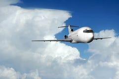 Verkehrsflugzeug, das aus Wolken herauskommt Stockfotografie