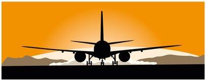 Verkehrsflugzeug, das am Sonnenuntergang sich entfernt Lizenzfreies Stockbild