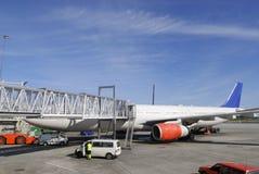 Verkehrsflugzeug am Fluggastdock Lizenzfreies Stockfoto