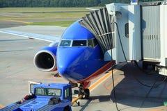 Verkehrsflugzeug am Gatter Lizenzfreie Stockfotos