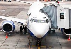 Verkehrsflugzeug geparkt am Flughafen stockfoto