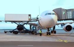 Verkehrsflugzeug geparkt am Flughafen. stockbilder