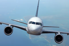 Verkehrsflugzeug im Flug lizenzfreies stockbild