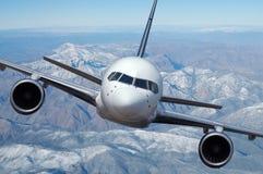 Verkehrsflugzeug im Flug lizenzfreie stockfotografie