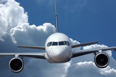 Verkehrsflugzeug im Flug lizenzfreie stockbilder