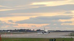 Verkehrsflugzeug-Landung an Barcelona-Flughafen stock video footage