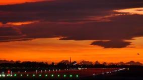 Verkehrsflugzeug-Landung an Barcelona-Flughafen bei Sonnenuntergang stock video footage