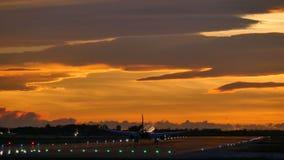 Verkehrsflugzeug-Landung an Barcelona-Flughafen bei Sonnenuntergang stock footage