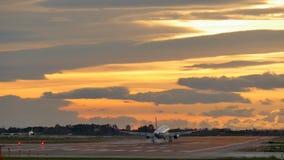 Verkehrsflugzeug-Landung an Barcelona-Flughafen bei Sonnenuntergang stock video