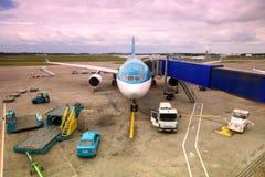 Verkehrsflugzeug mit der nonreal Farbe geparkt am Flughafen stockfotografie