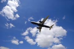 Verkehrsflugzeug und Wolken stockbilder