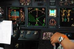 Verkehrsflugzeugplatte nachts lizenzfreie stockfotografie