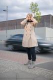 Verkehrsgeräusche und -frau Lizenzfreie Stockbilder
