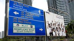 Verkehrsinformationsvorstand an den Petronas-Kontrolltürmen Stockbilder
