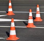 Verkehrskegel auf der Straße Stockfotos