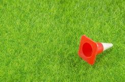 Verkehrskegel auf einem Gras Stockfotografie
